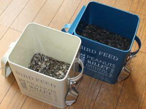 BIRD FEED缶に入ったひまわりの種の写真