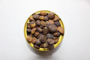 殻をむいたツバキの種の写真