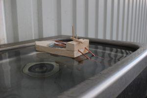 シンクに浮かぶポンポン蒸気船の写真