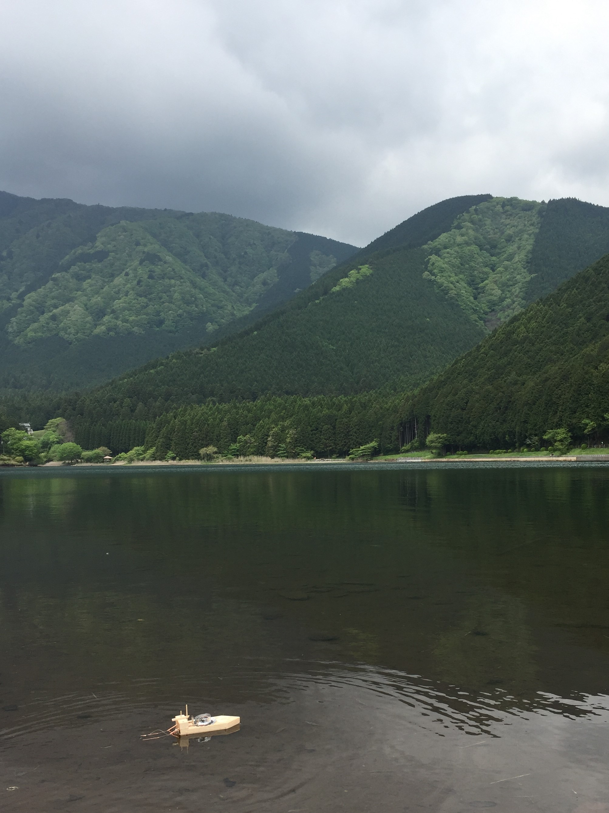 湖に浮かぶポンポン蒸気船の写真