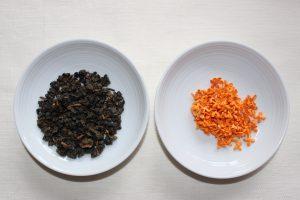 中国茶の茶葉とキンモクセイの花の写真