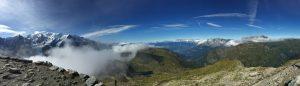 左の白い山がモンブランの写真