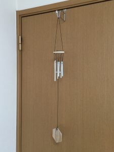 ドアに吊るしたウインドチャイムの写真