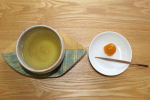 金柑の甘煮と緑茶の写真