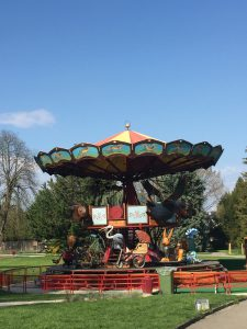 ジュネーブの植物園のメリーゴーラウンドの写真