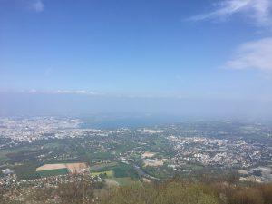 サレーヴ山頂から見たレマン湖とジュネーブの街の写真
