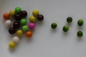 チーリン製菓のプチチョコレートとヤブランの緑の実の写真
