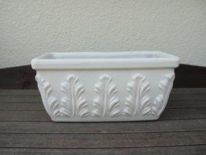 白く塗ったテラコッタ鉢の写真