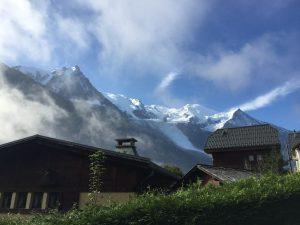 シャモニーのまちから見たモンブラン(Mont Blanc)の写真